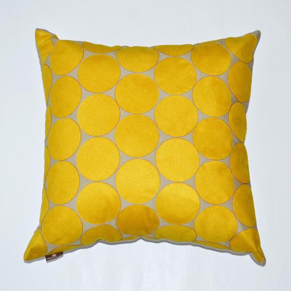 galeria-decoreba-almofada-poa-amarelo