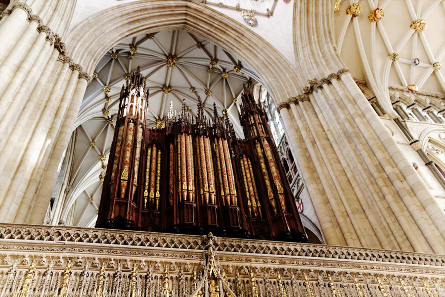 Órgão, acima do coro alto.