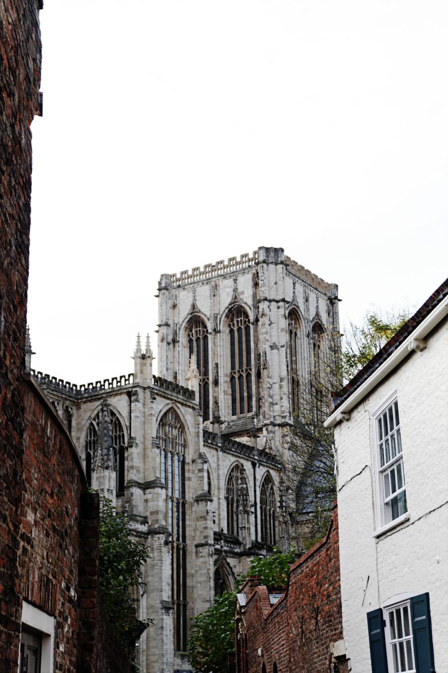 Catedral vista das ruas medievais.