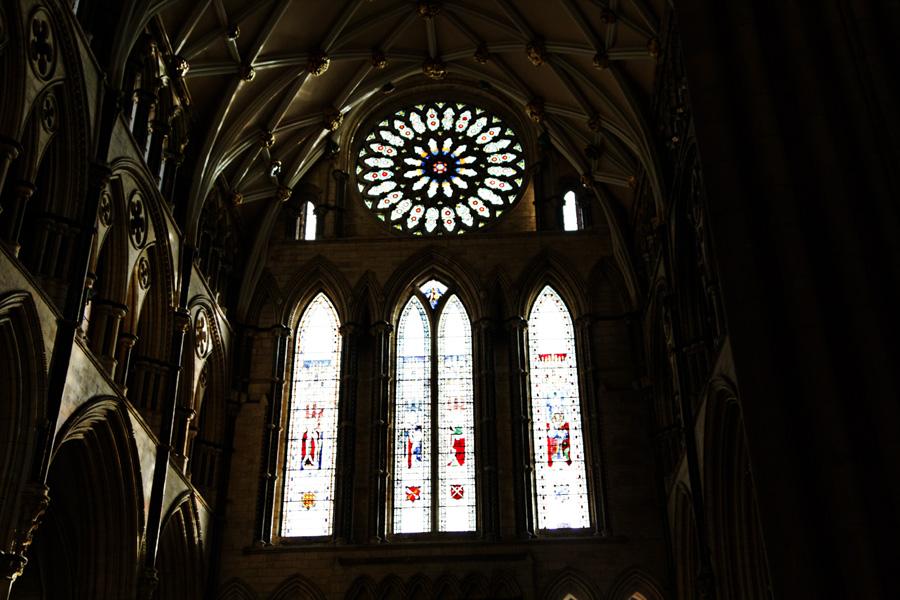Janela das rosas, no transepto sul. O vitral mostra as rosas vermelhas de Lancaster e Tudor e marca a união das casas de Lancaster e York no reinado de Henrique VII.