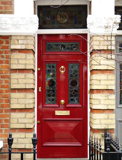 05 Inspiração portas vermelha ferragem dourada