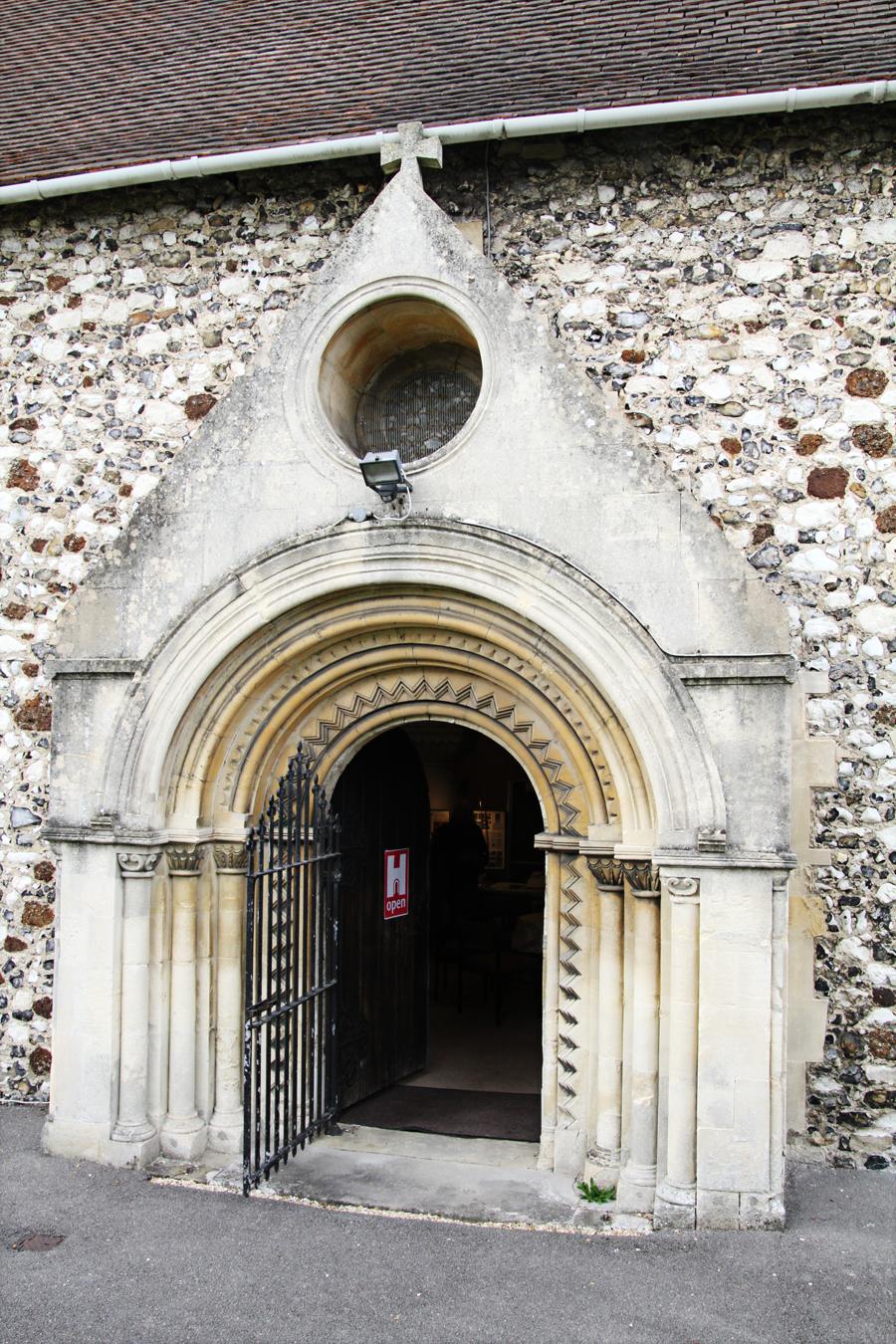 Porta da fachada sul da Igreja St Laurence
